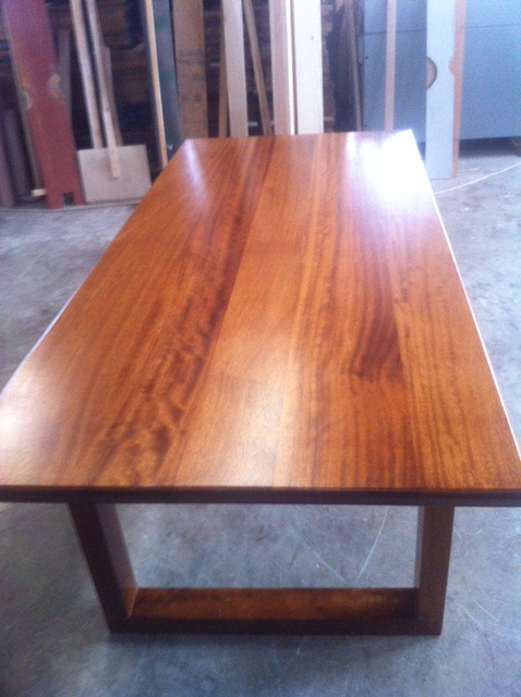 Τραπέζια από Ιρόκο Μασίφ σε μαγαζί στην Ζάκυνθο - Έργα Αντωνόπουλος
