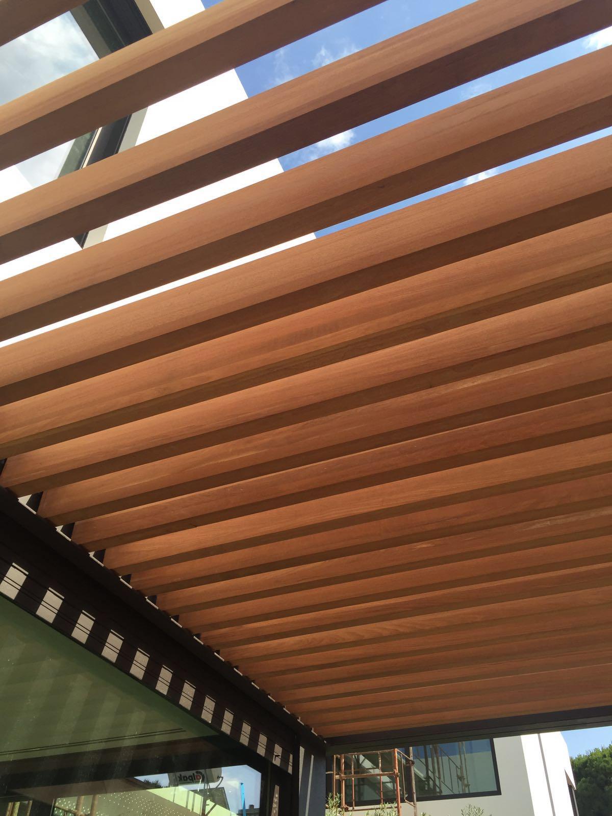 Σύθνετη ξυλεία Νιαγκόν σε πέργκολα σε μονοκατοικία στην Φιλοθέη - Έργα Αντωνόπουλος
